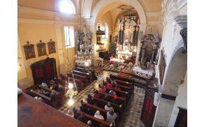 Maša v šembijski cerkvi pred začetkom pohoda - foto Martin Škoberne