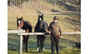 Konji na privezu mirno čakajo na blagoslov