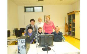 Skupinska slika z učenci in učiteljicama računalniškega tečaja.