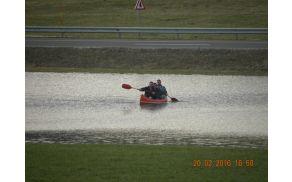 Fantje iz Češenc med vožnjo s kanujem