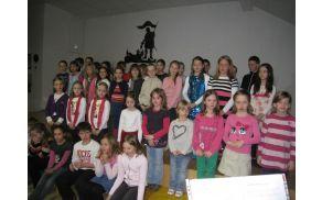Otroci iz  šole Police na proslavi Materinskega dneva