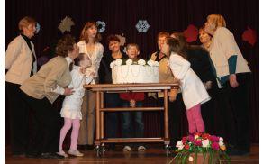 Upihnili smo prvo svečko na torti iz toaletnega papirja , ki je delo Marije Oven.