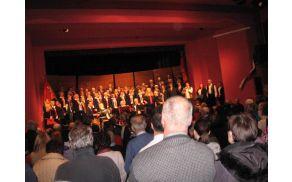 Slika 1: Tržaški partizanski pevski zbor Pinko Tomažič na odru v Desklah (foto: Danila Schilling)