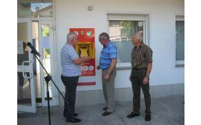 Defibrilator je nameščen na steni Zdravstvenega doma Deskle. Foto: Danila Schilling