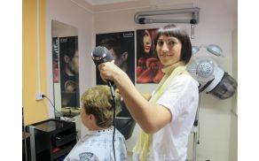 Žaklina Karnel je prepričana, da mora biti dobra frizerka dobro podkovana z znanjem.  Foto: Nataša Bucik Ozebek