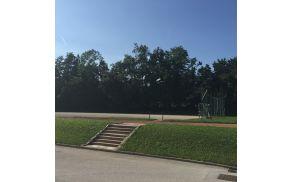Igrišče ob OŠ Matije Valjavca je potrebno obnove (foto Media butik)