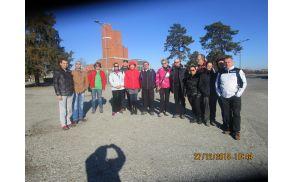 Skupinska fotografija pred muzejem na Šumaricah