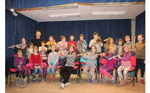 Mladi glasbeniki in njihov dirigent Tomi Majcen