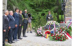 Polaganje vencev pri spomeniku (foto Media butik)