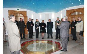 delegacija v notranjosti pomnika