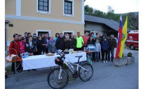 Ambroža so pred rojstno hišo njegovega dedka v Verpetah pozdravili sorodniki.