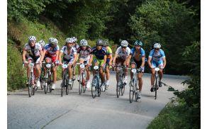 Pobegla skupina kolesarjev je zagrizla v prvi klanec.