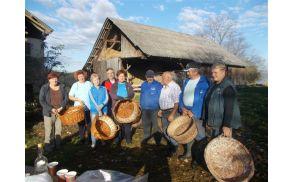 Lickanje na kmetiji Nikl - starejši udeležnci