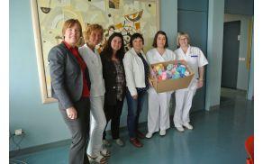 Konec aprila so predstavnice Nitk Šempeterski porodnišnici predale copatke za novorojenčke. Foto: arhiv kluba Nitk