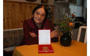 Katica Pešak in zlata plaketa Rdečega križa RS za življenjsko delo
