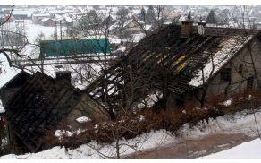 Požar se je s pomožnega objekta hitro razširil na sosednjo hišo.