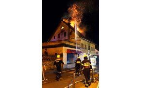 Požar je hitro zajel ostrešje.