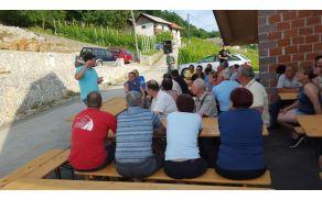 Člani društva pozorno poslušajo predavatelja.