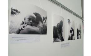 Zaporedje fotografij prikazuje ljubezen med otrokom in stricem