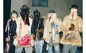 L. 2000 so srenjske šeme v glavnem še nosile maske, a žal tudi kavbojke. Foto: Marija Cvetek