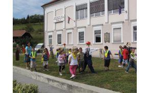 Razigrani otroci pred šolo na Frankolovem