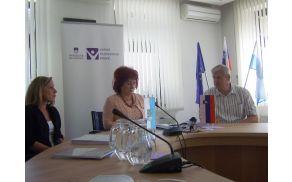Svetovalka Nataša Bratož, varuhinja Vlasta Nussdorfer in podžupan Jože Sodja na novinarski konferenci. Foto: Petra Lotrič Ogrin