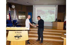 Priznanje je podelil podpredsednik Planinske zveze Slovenije, Roman Ponebšek