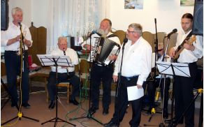 Srečanje borovniškega aktiva se je nadaljevalo z živo glasbo in druženjem.
