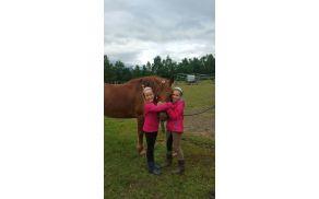 veselje otrok med tem ko se družijo s konji