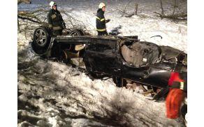 Razbitina je voznika ukleščila pod seboj.