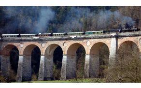 Hlapon 33-037 brzi čez Jelenov viadukt.