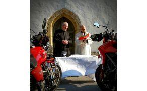 Blagoslov motorjev pred cerkvijo Svetega Mihaela v Mengšu