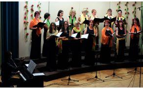 Ženski pevski zbor menda še zadnjič z markantnim zborovodjem Jako Jerino.