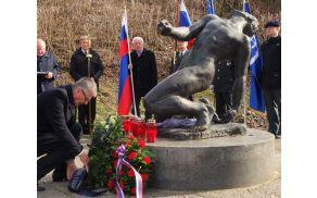Župan je položil venec k spomeniku talcem.