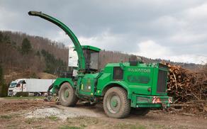 V kraju Belica pri Dvoru je tale stroj napolnil 40-tonski tovornjak s sekanci v manj kot eni uri!