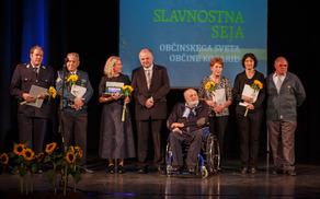 Letošnji nagrajenci v družbi župana in podpredsednika komisije za nagrade in priznanja. Na sliki ni predsednice KD Gorenj konc.