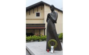 Danes smo ob Gregorčičev spomenik na kobariškem placu položili venček in pesnika obiskali na grobu pri sv. Lovrencu. Foto: Nataša Hvala Ivančič