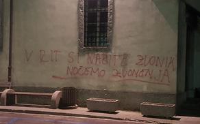 V prednovoletnem času je neznani storilec z žaljivim grafitom popisal pročelje cerkve v središču mesta. Foto: Nataša Hvala Ivančič
