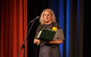Ana Roš je oktobra 2016 prejela plaketo Občine Kobarid za izjemne dosežke na področju kulinaričnega ustvarjanja in promocije Kobariškega ter z domačo javnostjo delila svojo zgodbo o delu in uspehu.