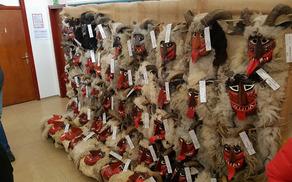 Drežniška fantovščina je v Podružnični šoli Drežnica razstavila preko 120 drežniških pustnih mask