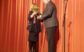 Župan se je zahvalil pobudnici Beneški dni Vidi Škvor in ji podaril šopek slovenskega cvetja. Foto: Nataša Hvala Ivančič