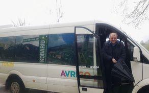 Prvi potnik letošnjega Hop ON Hop OFF KOBARID je bil župan Občine Kobarid Robert Kavčič, ki se je v družbi udeležencev odprtja Info točke odpeljal na planino Kuhinja. Foto: Nataša Hvala Ivančič