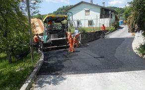 Z asfaltacijo so se zaključila vzdrževalna dela v Sedlu in Podbeli. Foto: Marijan Čebokli
