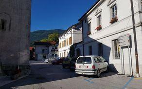 Občina je objavila javni razpis za izbiro izvajalca za ureditev kobariškega trga med župniščem in severno fasado cerkve. Foto: Nataša Hvala Ivančič