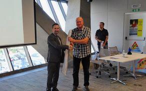 Nagrado je v imenu Občine Kobarid prevzel redar Janko Volarič. Foto: Javna agencija za varnost prometa