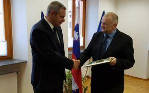 Župan je ministru v spomin na obisk občine Kobarid podaril darilo Občine Kobarid. Foto: Nataša Hvala Ivančič