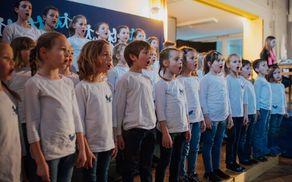 Kulturni program so sooblikovale učenke in učenci centralne šole in podružničnih šol v sodelovanju z Glasbeno šolo Tolmin in mladimi baletnimi plesalkami.