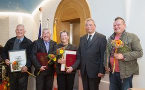 Letošnji dobitniki priznanj skupaj z županom Mauricijem Humarjem