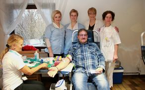 Jožef Kramberger na Velki z osebjem iz UKC Maribor. Foto: Srečko Brumen.