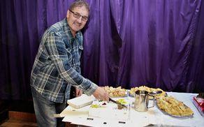 Krvodajalci smo se skupaj posladkali s torto. Foto: Srečko Brumen.